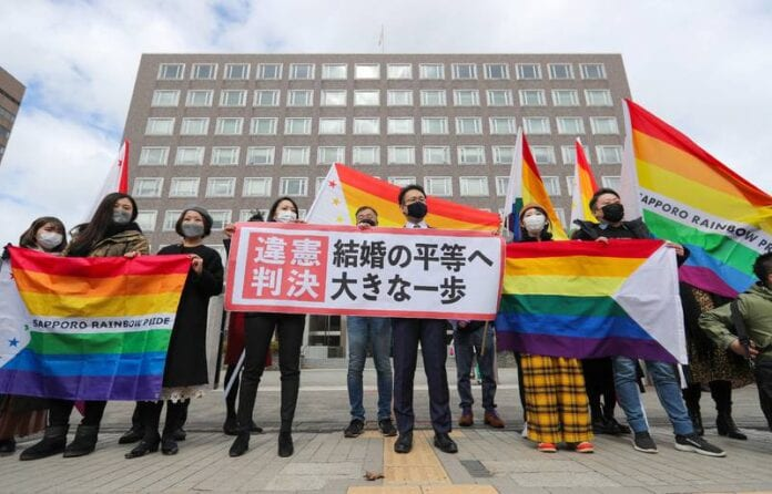 Les avocats des plaignants de Sapporo ont hissé devant le tribunal une banderole